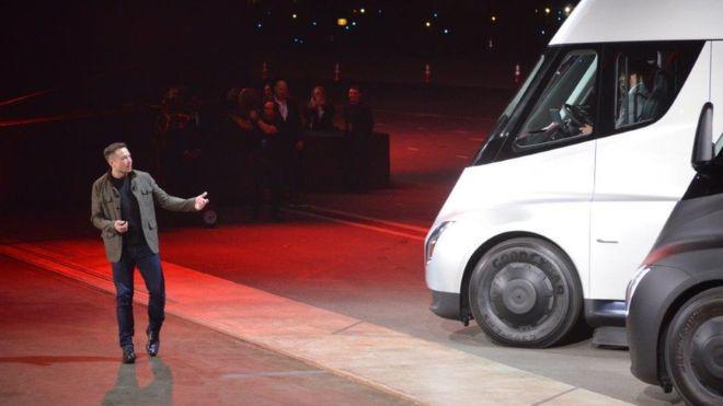 Tesla впервый раз показала навидео собственный грузовой автомобиль