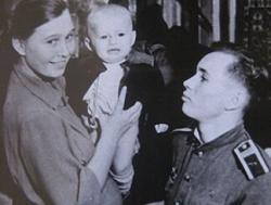 Валентин Бондаренко с женой Анной и сыном Сашей. 1957 год