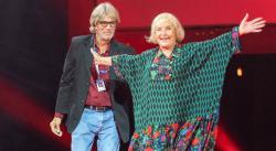 Эрик Робертс вручил почетную премию Одесского кинофестиваля Аде Роговцевой