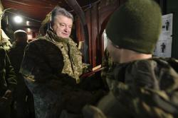 Президент на передовой вручил награды воинам-десантникам