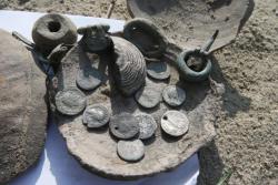 В Киеве на Подоле нашли клад с древними римскими монетами и украшениями