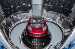 Электрокар Илона Маска совершил первый облет Солнца