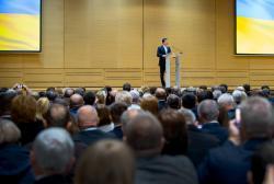 Покупать или продавать землю смогут только украинские граждане и компании – Президент