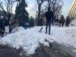В Киев привезли более 130 тонн снега с Карпатских гор