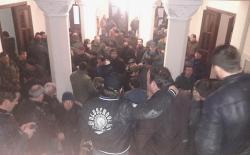 В Абхазии активисты штурмуют здание администрации главы региона