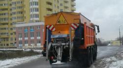 В Киеве начали обработку улиц посыпочными материалами от гололедицы