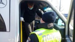 Ты десятый, иди на*уй: в Киеве пассажир выбросил контроллера из троллейбуса - видео