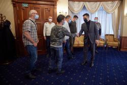 Владимир Зеленский встретился с украинскими моряками с судна Stevia, освобожденными из пиратского плена
